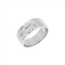 Silver Cubic Zirconia Band Ring. Weight 4.4g